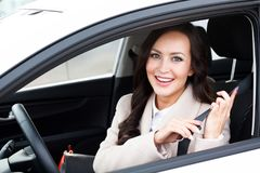 Portrait du jeune sourire, conducteur heureux et joli de femme photographie stock libre de droits