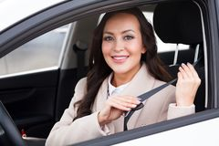 Portrait du jeune sourire, conducteur heureux et joli de femme images libres de droits