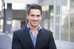 Portrait du jeune sourire d'homme d'affaires photos stock