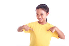 Portrait du jeune T-shirt asiatique de jaune d'usage de fille d'isolement sur le whi Photos stock