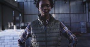 Portrait du jeune travailleur féminin 4k d'entrepôt banque de vidéos