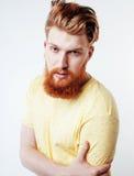 Portrait du jeune type barbu de hippie souriant sur la fin blanche de fond d'isolement, concept de personnes de mode de vie Photo libre de droits