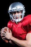 Portrait du joueur de football américain sérieux tenant la boule images libres de droits
