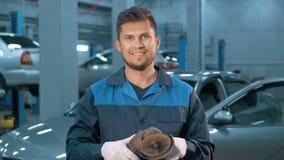 Portrait du mécanicien de voiture de sourire professionnel travaillant dans le service des réparations automatique moderne Image libre de droits