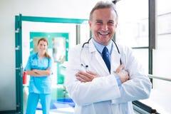 Portrait du médecin et de l'infirmière se tenant avec des bras croisés Image stock