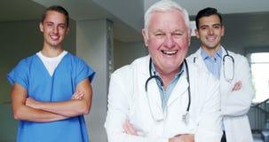 Portrait du médecin et de l'infirmière se tenant avec des bras croisés banque de vidéos