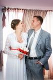 Portrait du marié et de la jeune mariée image stock