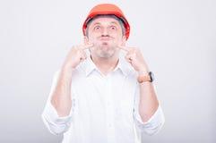Portrait du masque de port d'entrepreneur faisant le geste idiot images libres de droits