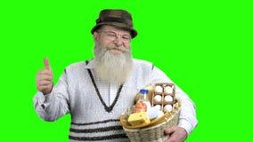 Portrait du panier heureux de participation d'agriculteur des laitages banque de vidéos