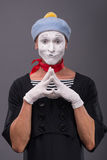 Portrait du pantomime masculin avec le chapeau gris et le visage blanc Photographie stock libre de droits