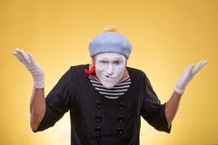 Portrait du pantomime masculin d'isolement sur le jaune Photographie stock libre de droits