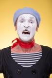 Portrait du pantomime masculin d'isolement sur le jaune Photo stock