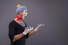 Portrait du pantomime masculin dans la tête rouge et avec le blanc Photo libre de droits