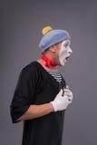Portrait du pantomime masculin dans la tête rouge et avec le blanc Photos libres de droits