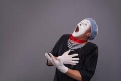 Portrait du pantomime masculin dans la tête rouge et avec le blanc Images libres de droits