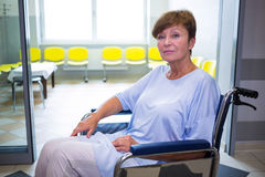 Portrait du patient supérieur triste s'asseyant sur un fauteuil roulant Image libre de droits