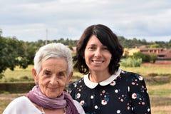 Portrait du penchement de deux femmes Images libres de droits