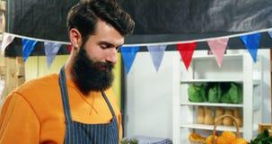 Portrait du personnel masculin tenant les légumes frais dans la caisse clips vidéos