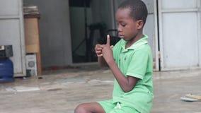 Portrait du petit garçon ayant l'amusement banque de vidéos