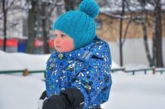 Portrait du petit garçon pendant l'hiver photo stock
