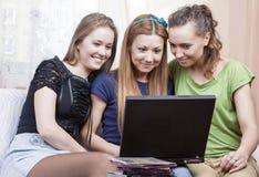 Portrait du petit groupe de trois jeunes dames caucasiennes avec le recouvrement Image libre de droits