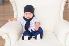 Portrait du petit sourire heureux de bébé garçon Photographie stock