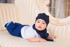 Portrait du petit sourire heureux de bébé garçon Images stock