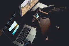 Portrait du photographe masculin tenant un appareil-photo compact dans le studio à la maison travaillant sur les images créatives images stock