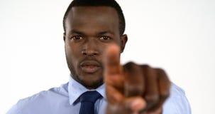 Portrait du pointage d'homme d'affaires banque de vidéos