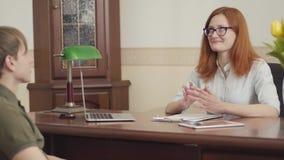 Portrait du psychologue mignon de femme ayant la session avec son patient Belle psychothérapeute rousse de femme avec banque de vidéos