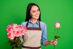 Portrait du rêve satisfaisant gai de contenu de joli de dame d'entrepreneur de prise de main bouton de rose attrayant mignon de r image libre de droits