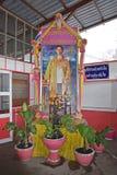 Portrait du Roi Bhumibol Adulyadej au marché ferroviaire Bangkok voisin de Maeklong Image libre de droits
