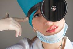 Portrait du ` s de docteur La femme le docteur dans la bonne humeur Nous souhaitons une bonne santé Photo stock