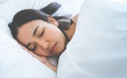 Portrait du sommeil femelle dans un lit de matin photos stock