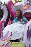 Portrait du sourire carnaval de coup manqué avec le parapluie pendant le défilé dans la rue photographie stock