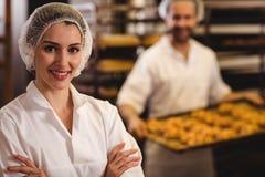Portrait du sourire femelle de boulanger Photo libre de droits