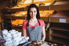 Portrait du sourire femelle de boulanger Image libre de droits