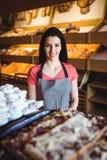 Portrait du sourire femelle de boulanger Image stock