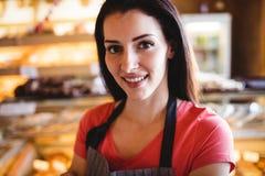 Portrait du sourire femelle de boulanger Photo stock