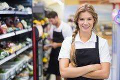 Portrait du sourire femme assez blonde avec le bras croisé Images stock