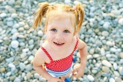 Portrait du sourire heureux mignon peu de fille sur le bord de la mer images libres de droits