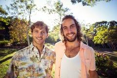 Portrait du sourire masculin de deux amis Images libres de droits
