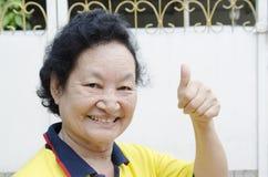 Portrait du sourire supérieur asiatique de femme Images stock