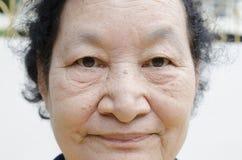 Portrait du sourire supérieur asiatique de femme Photos stock