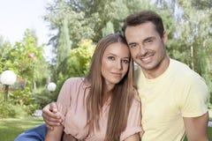 Portrait du temps libre de belle jeune dépense de couples en parc Image libre de droits