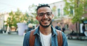 Portrait du type beau de Middle-Eastern d'étudiant souriant dans la rue banque de vidéos