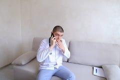 Portrait du type de docteur qui sur le mobile donne des conseils aux patients SI Image libre de droits