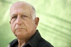 Portrait du vieil homme hispanique sérieux regardant l'appareil-photo Photographie stock libre de droits