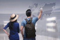 Portrait du voyageur asiatique de couples dirigeant la destination de voyage Photos libres de droits