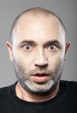 Portrait effrayé d'homme d'isolement sur le gris Image libre de droits